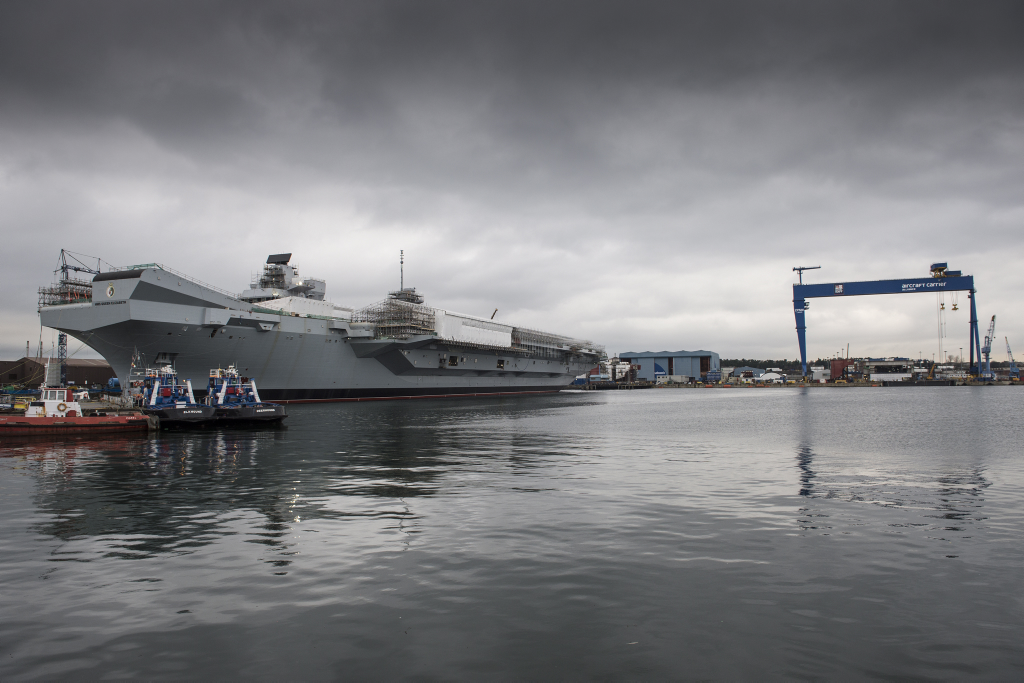 Der britische Flugzeugrtäge Queen Elizabeth und ihr Schwesterschiff HMS Prince of Wales im Hintergrund