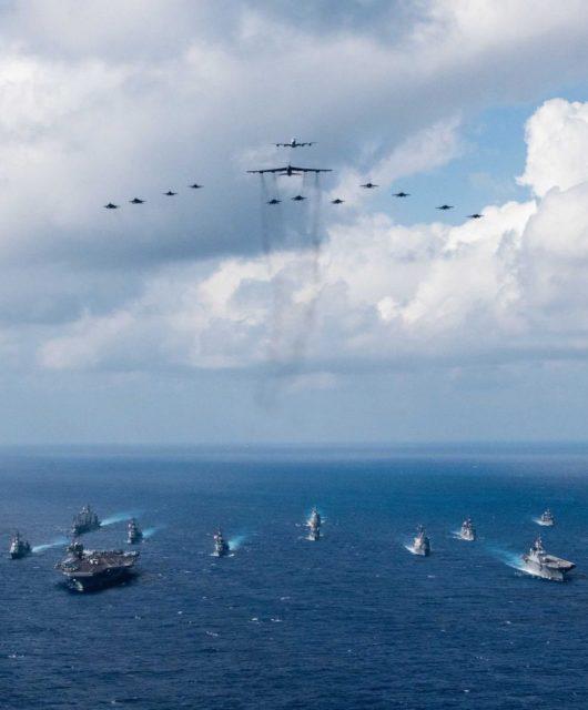 Flugzeugträger im Meer