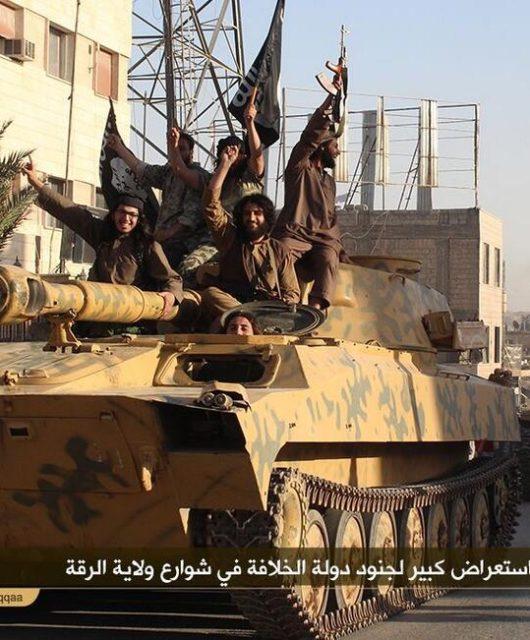Jihadisten auf einem Panzer