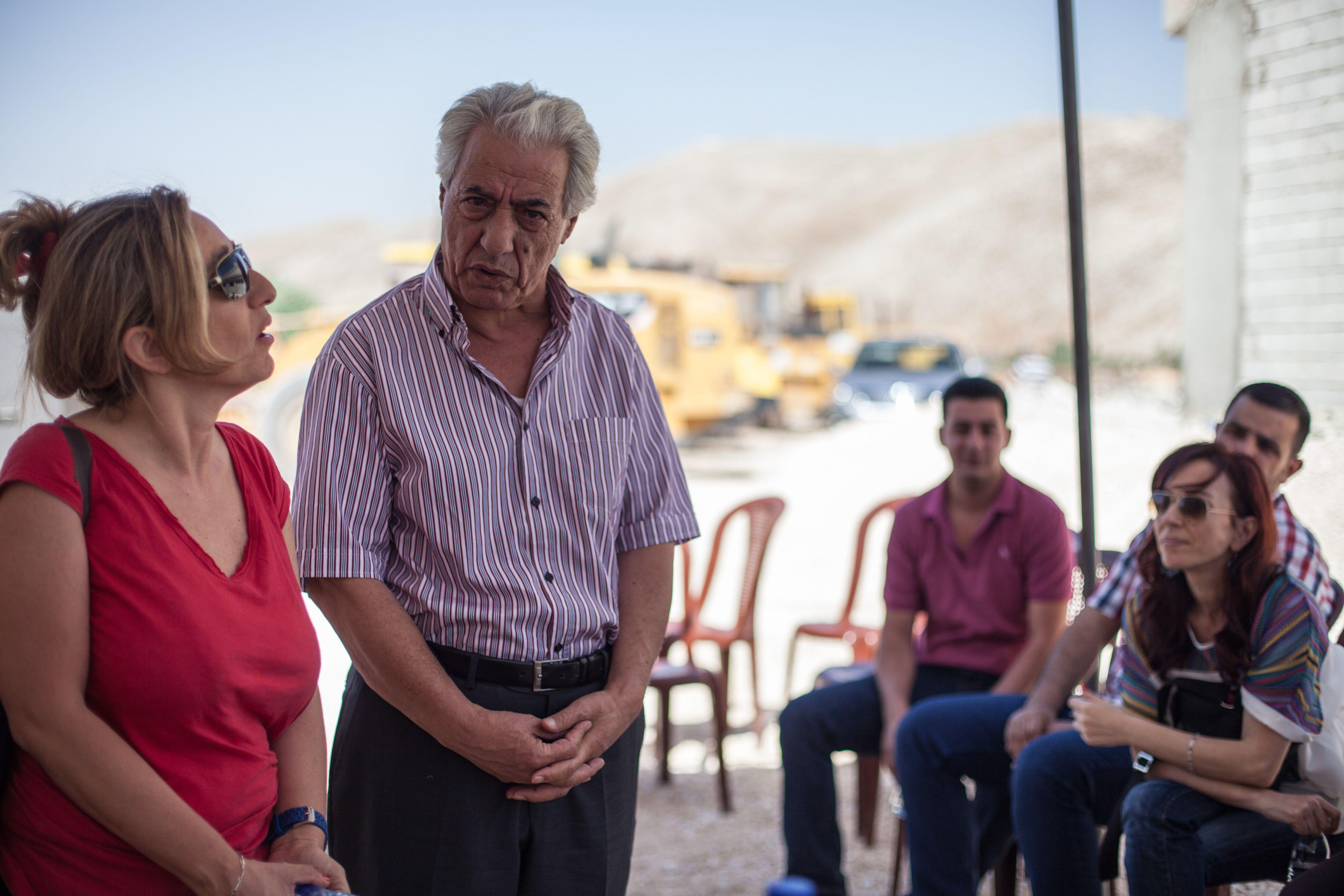 Mowas ar-Raji vor Journalisten