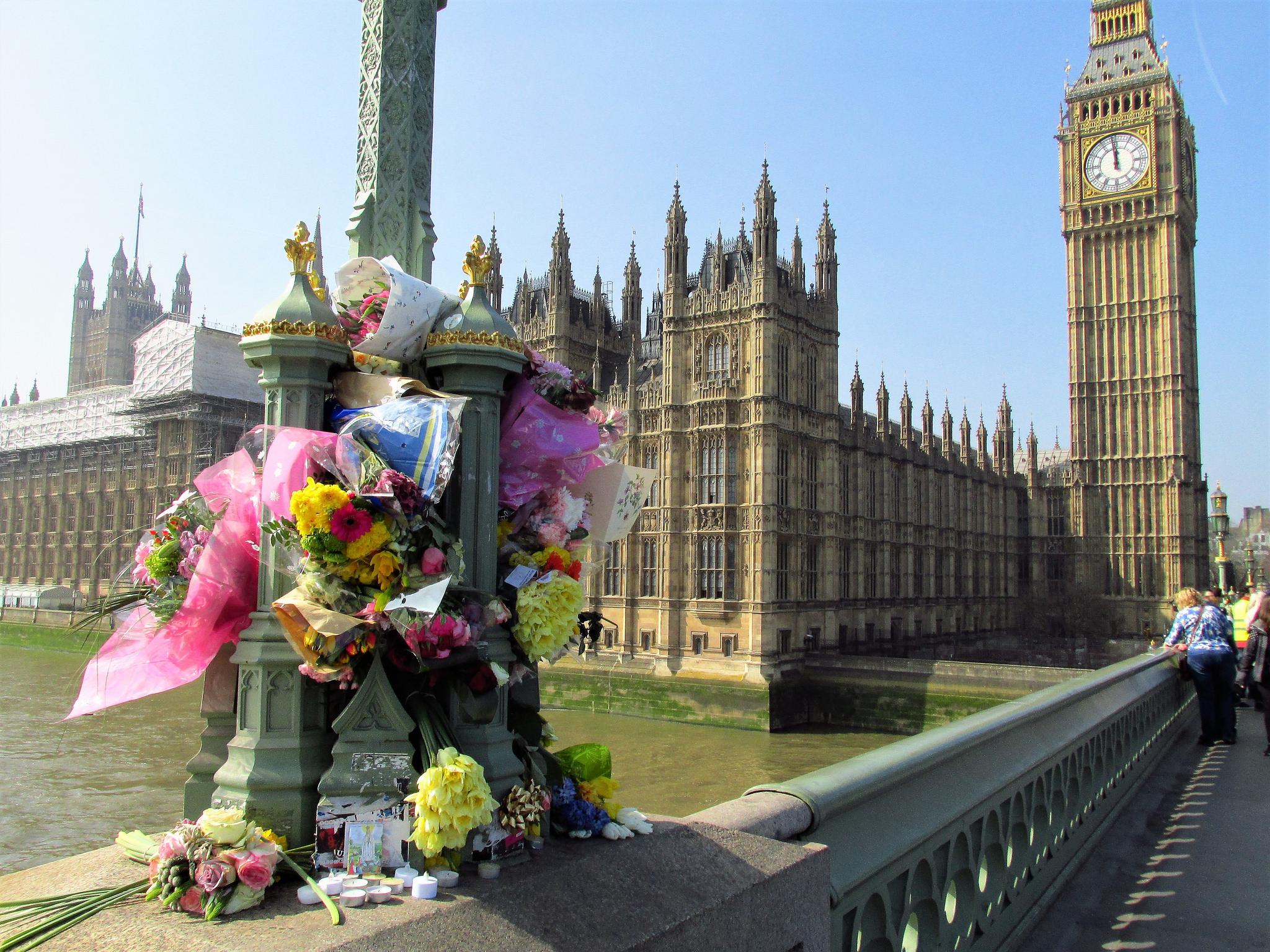 Blumen vor dem britischen Parlament