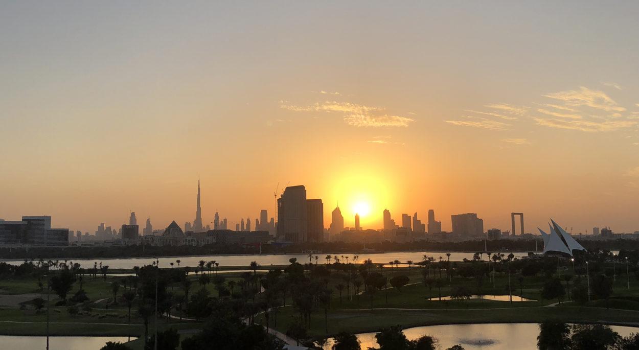 Skyline von Dubai im Sonnenuntergang.