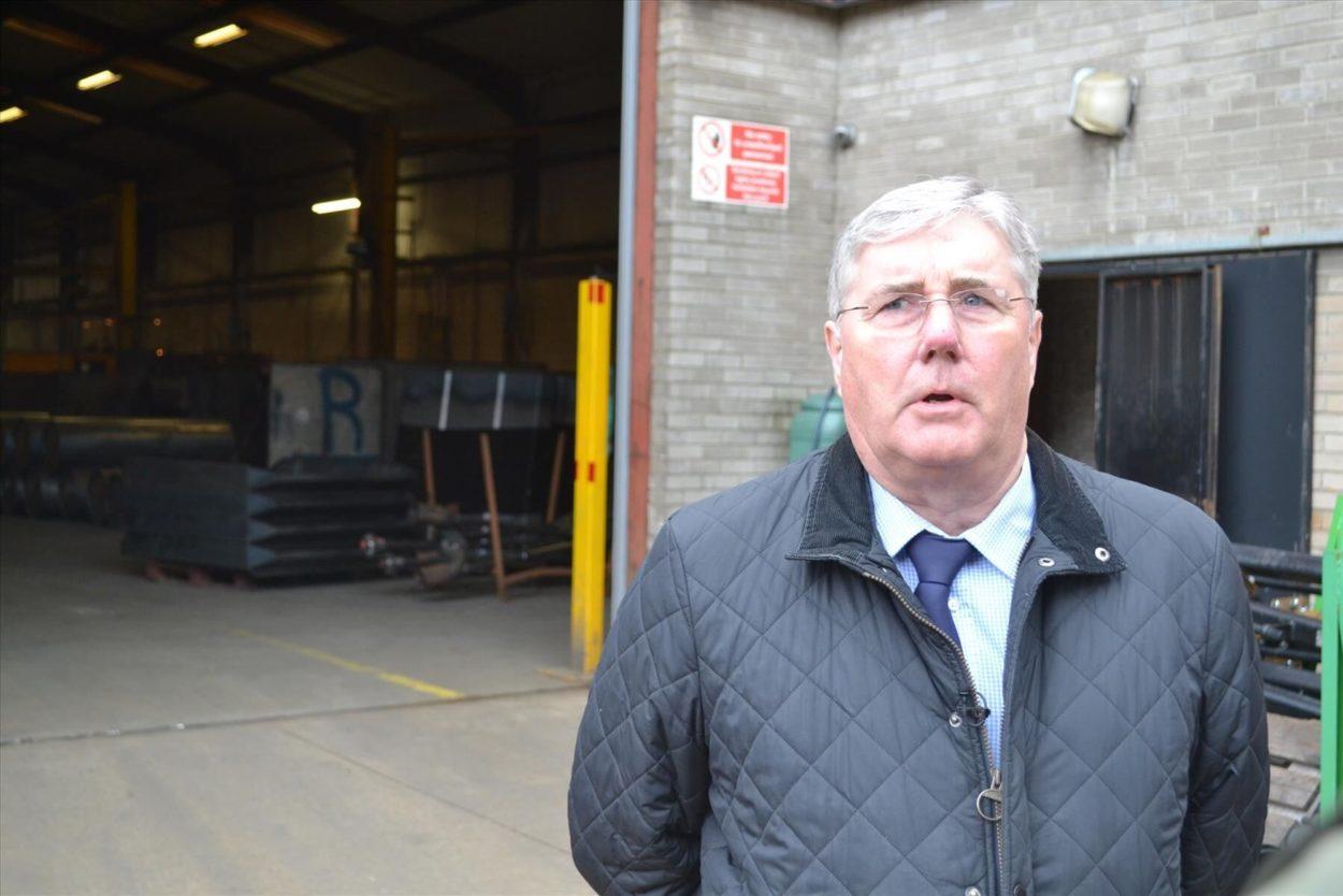 George Fleming vor der Werkshalle